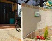 塗り壁門柱~角地のオープン外構。洋石アプローチとステイウッドフェンス~