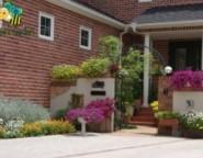 塗り壁門柱~お花に囲まれた美容院とご自宅・・・アーチのある門周り~