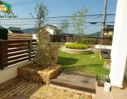 Vol.20 高台の手付かずの中庭。緑いっぱい、サークルベンチとレンガ張り