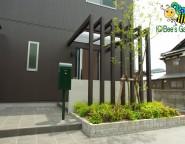 玄関前にプラスG。Gルーフを使ったシャープなアプローチと玄関