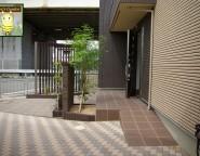 落ち着いた雰囲気の門まわり。ガーデンルーム『ジーマ』のある中庭