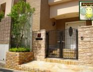高台の新築外構。重厚感のある門まわりとナチュラルな中庭
