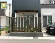新築外構。エバーアートウッドを組み合わせた門柱とリビング前目隠し