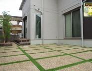 樹ら楽ステージとプラスGで快適空間の中庭。人工芝を使った駐車場