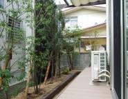 樹ら楽ステージとプラスGで快適プライベート空間の中庭。Kターフを使った駐車場