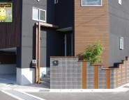 Vol.21 特徴ある建物の新築外構!ジャスティブロックとアートボードの境界塀