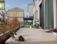 お子様と遊ぶ中庭。セラウッディータイルを使ったオリジナルガーデン