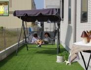 セラ・ウッディタイルのテラスと人工芝の中庭