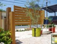 角地の新築外構。エバーアートウッドを使った板塀とアートボードの門柱