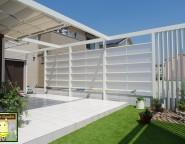 お子様と楽しむお庭。タイルテラスと白のプラスGと人工芝ガーデン