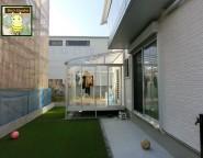 中庭に遊びやすい人工芝を。明るい中庭づくり