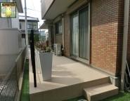 休眠スペースを人工芝とタイルテラスと植栽で明るい中庭に
