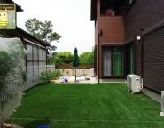高台&高低差のある新築外構。お子様遊び放題の人工芝の中庭