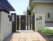 塗り壁門柱+レンガ角柱+ライフモダン門扉~シンプルモダン・・・黒と白のアプローチと広い芝庭~
