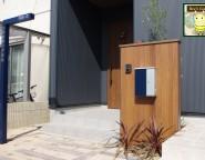 門柱に木調のアートボード!ジャラ・ダークブラウン!