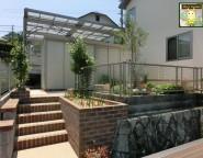 ガーデンリフォーム!バラアーチが迎える中庭とシンクタイプのレンガ立水栓