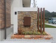 姫路市新築外構・シンプルな玄関まわりと大きなウッドデッキ
