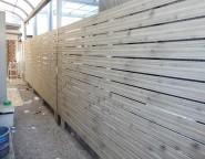 サービスヤードに木調目隠しフェンス
