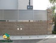 スクエアリブ+シルエット丸穴+プリレオフェンス~広い敷地の外構。レンガ角柱とキャスティナ門扉の門まわり~