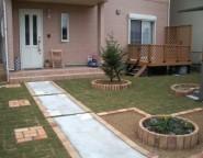 Vol.25 手つかずの中庭・・・樹脂製デッキと芝庭へ模様替え