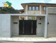 コンクリート門柱+エクサリオ門扉~打ちっぱなしコンクリートと電動シャッターのクローズ外構~