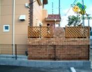 レンガ積み+木樹脂フェンス~クローズ外構・・・電動シャッターゲートとレンガテラス~