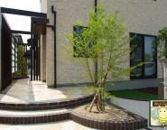 丸見えの中庭にプラスG!玄関前から続く一体感あるデザイン 姫路市